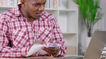 homme africain travaillant à domicile et se fâcher contre quelque chose video