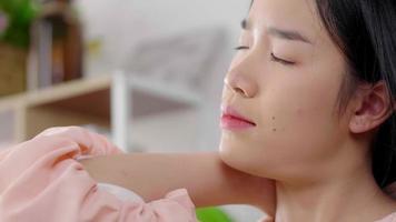 primer plano, de, mujer asiática, hacer, masaje, en, ella, cuello video