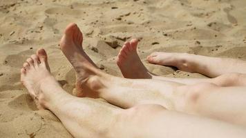 pés descalços na areia, close up. a praia em um dia ensolarado de verão. video