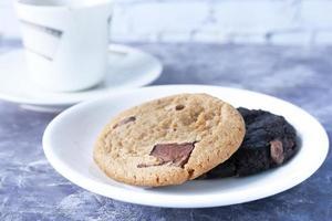 Cerca de galletas y té en la mesa foto