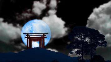 torii sulla montagna e super luna blu e nuvole nel cielo notturno video