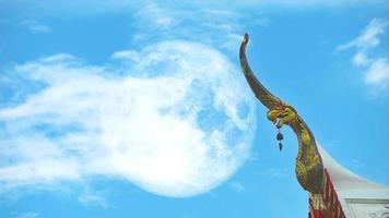 luna llena con cho fa en idioma tailandés llámalo, como remate en la cresta del techo y montón hermosa nube blanca cielo azul claro enorme movimiento video