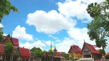 templo budista con dos pagodas doradas y una nube blanca en movimiento video