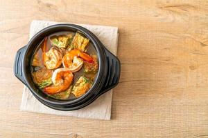 sopa agria de pasta de tamarindo con gambas y tortilla de verduras foto