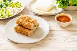 albóndigas de cerdo vietnamita con envolturas de verduras foto