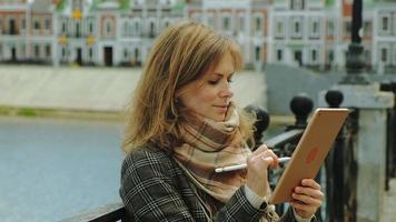 mulher usa tablet ao ar livre primavera video