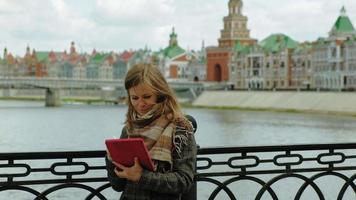 vrouw gebruikt tablet buitenshuis lente video