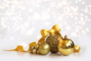 Decoración navideña dorada con bokeh de fondo Fondo navideño foto