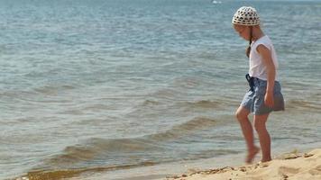 petite fille marche au bord de la rivière un jour d'été video