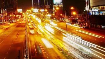 Feux de circulation en accéléré dans la ville la nuit video