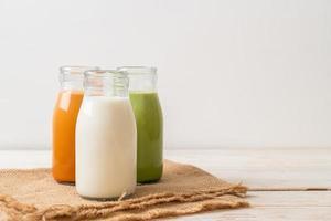 colección de bebidas té con leche tailandés, té verde matcha con leche y leche fresca foto