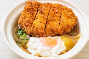 chuleta de cerdo frita japonesa con sopa de cebolla y huevo foto