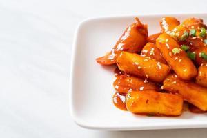 palito de pastel de arroz coreano con salchicha en salsa picante - tteokbokki foto