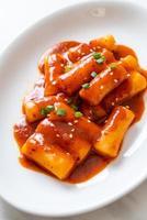 palito de pastel de arroz coreano en salsa picante - tteokbokki foto