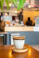 café sucio: un vaso de espresso mezclado con leche fresca fría foto