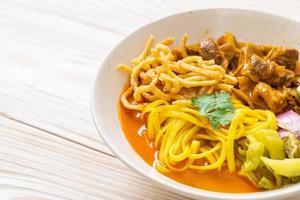sopa de curry de fideos del norte de Tailandia con cerdo estofado foto