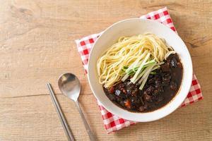jajangmyeon o jjajangmyeon son fideos coreanos con salsa negra foto