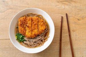 fideos soba ramen con chuleta de cerdo frita japonesa foto
