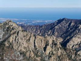Grandes montañas de Corea y el mar de Japón en el fondo. parque nacional de seoraksan. Corea del Sur foto