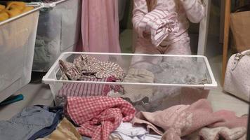 garotinha remexendo nas roupas do armário video