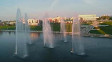 höga fontäner vid solnedgången luft skytte från drönaren video
