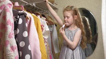 schönes kleines Mädchen schminkt sich das Gesicht. modische Kinder video