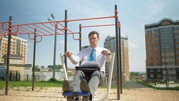 homme d'affaires à l'extérieur dans un terrain de sport video