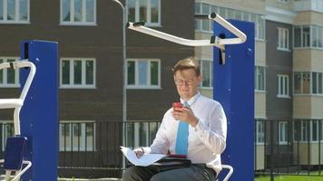 homme d'affaires travaillant dans une aire d'exercice en plein air video