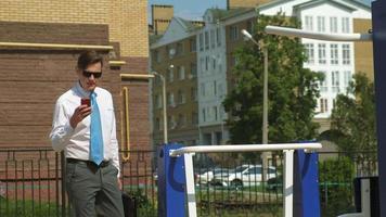 homme d'affaires travaillant à l'extérieur video