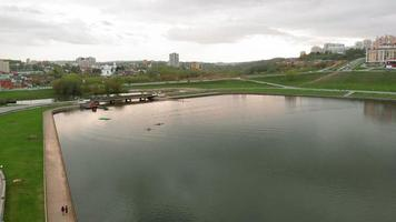 atleti in canoe blu sul fiume. stile di vita sano, sport attivo. riprese aeree con drone video