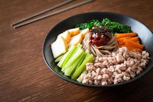 fideos fríos picantes coreanos foto