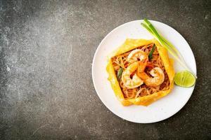 fideos tailandeses salteados con camarones y huevo foto