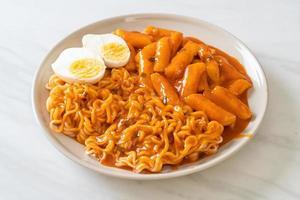 rabokki o ramen o fideos instantáneos coreanos y tteokbokki en salsa coreana picante foto