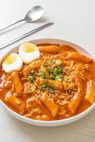 fideos instantáneos coreanos y tteokbokki en salsa picante coreana - rabokki foto