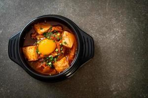 sopa de kimchi con tofu y huevo o estofado de kimchi coreano foto
