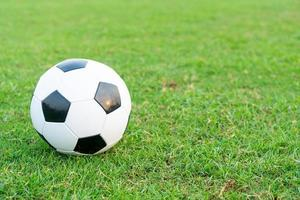 balón de fútbol en el campo de pelota foto