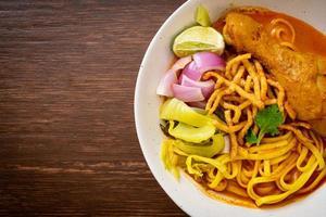 sopa de curry de fideos del norte de Tailandia con pollo foto