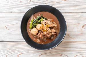 sopa de fideos de arroz con cerdo guisado foto
