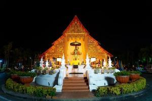 chiangmai, tailandia - 6 de diciembre de 2020 - wat phra singh waramahavihan, el templo contiene ejemplos supremos del arte lanna. foto