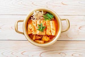 sopa de kimchi con tofu suave o estofado de kimchi coreano foto