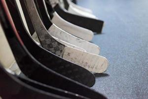 palos de hockey cerca del vestuario antes del juego foto
