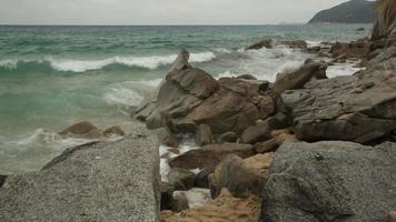 praia rochosa do sul da Sardenha video