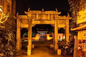 una puerta a un templo en tainan por la noche en taiwán foto