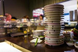 Platos de sushi en restaurante japonés. foto