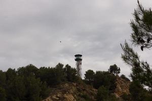 Atalaya contra incendios con guardia en la cabina. foto