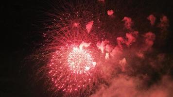 farbiges Feuerwerk am dunklen Himmel, Big Shot 4k video