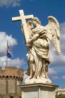 Estatua del ángel en el puente de Sant Angelo en Roma, Italia foto
