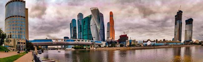 panorama del centro internacional de negocios de moscú en un día oscuro. foto