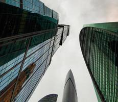 Vista de la planta baja de los edificios de la ciudad de Moscú en un día oscuro. arquitectura de oficina moderna. foto