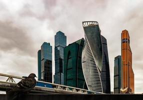 panorama del centro internacional de negocios de moscú en un día oscuro y la paloma. foto